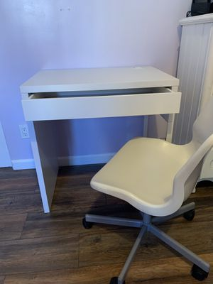 29 inch white desk & chair for Sale in Lynwood, CA