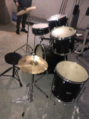 Fender Drum Set ... everything included with stands . No scratches for Sale in Edison, NJ