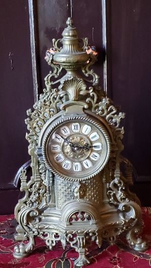 ANTIQUED BRASS MANTLE CLOCK for Sale in Miami, FL
