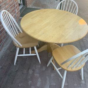 Nice Dining Table With 3 Chairs for Sale in Fresno, CA