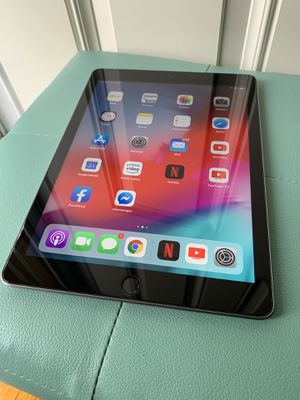 iPad 6th gen 32GB WiFi/Cellular Unlocked for all carriers for Sale in Warren, MI