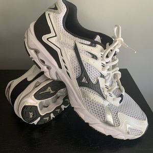 MIZUNO RUNNING SHOES for Sale in Cadwell, GA