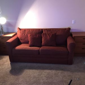 Loveseat couch. Comes with pullout bed. for Sale in Layton, UT