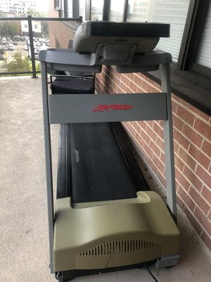 Life Fitness 8500 Treadmill for Sale in Jersey City, NJ
