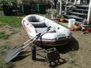 INTEX MARINER 4 RAFT. ONLY USED A COUPLE OF TIMES. for Sale in Klamath Falls, OR