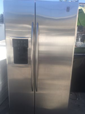 GE SIDE BY SIDE STAINLESS STEEL REFRIGERATOR for Sale in Los Angeles, CA