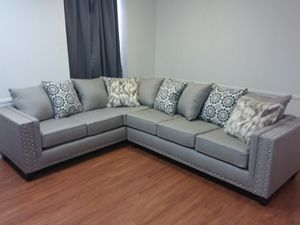 LIGHT GREY UPHOLSTERED SECTIONAL SOFA WITH ACCENT PILLOWS for Sale in Arlington, TX