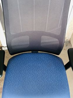 HON OFFICE ARMCHAIR - IN GOOD CONDITION - CLEAN - Ignition Series Mesh Mid-Back Work Chair, Supports up to 300 lbs., Blue Seat/Black Back, Black Base for Sale in Garden Grove,  CA