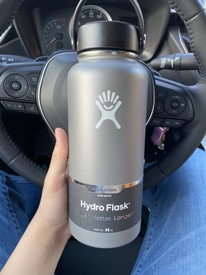 Silver hydro flask 32 oz (brand new with tags) for Sale in Modesto, CA