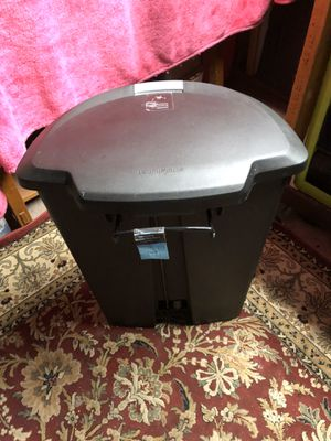 13 gallon trash can with can liner good condition for Sale in Spokane, WA