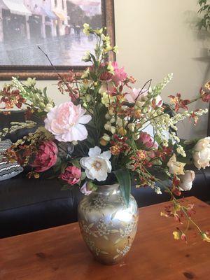 Gorgeous flower arrangement in a vase for Sale in Glendale, AZ