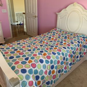 Girls White Bedroom Furniture Set (Twin Bed Frame, Dresser w/ Mirror, Desk & Chair) for Sale in Poway, CA