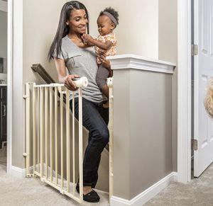 """Evenflo secure metal gate for stairways, hallways and doorways 29""""-42""""wide 30""""high for Sale in Las Vegas, NV"""