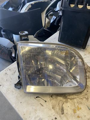 2001 2002 2003 2004 Toyota Sequoia RIGHT SIDE HEADLIGHT OEM for Sale in Chino Hills, CA