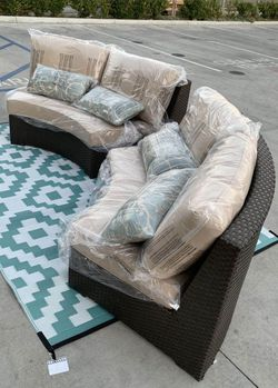 NEW Mission Hills 2 Love Seat Outdoor Wicker Furniture Set Sunbrella Cushion with Pillow SOLD at COSTCO for Sale in Los Angeles,  CA