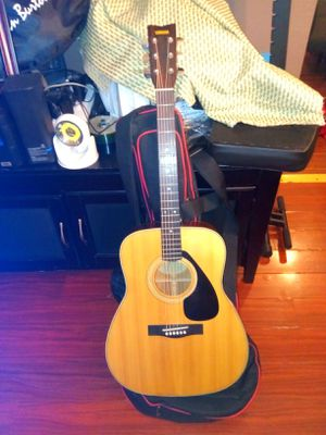 YAHMAHA STEEL ACOUSTIC GUITAR (WITH COVER) for Sale in Los Angeles, CA