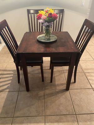 Dining room table with 4 chairs for Sale in Alafaya, FL
