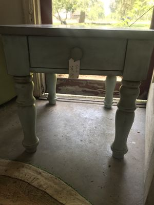 Solid wood end table for Sale in Frostproof, FL