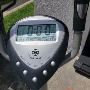 Sunny Health & Fitness SF-E905 Elliptical Machine Cross Trainer with 8 Level Resistance and Digital for Sale in Orlando, FL