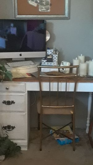Small White Wood Desk Vintage for Sale in Parlier, CA