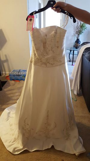 Beautiful ivory wedding dress size 8 for Sale in Ashburn, VA