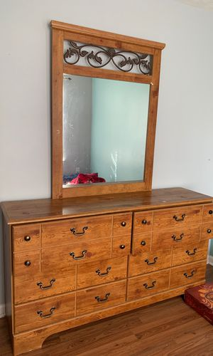 Dresser with mirror for Sale in Lawrenceville, GA