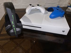 Xbox one s 2 controllers & headset + more for Sale in Toledo, OH