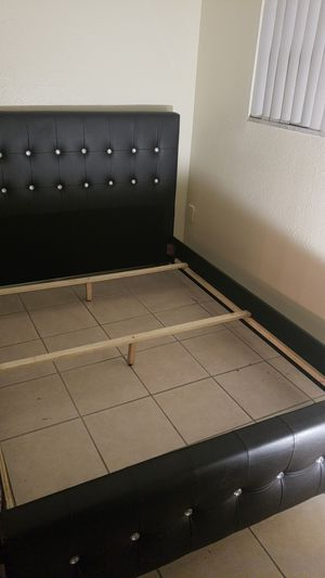 Queen bed frame 200 for Sale in Fort Lauderdale, FL