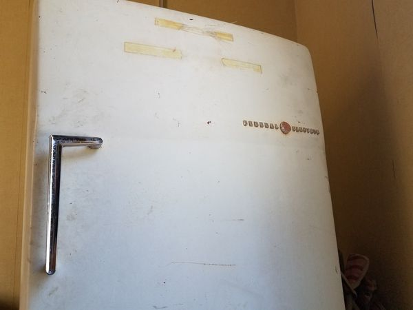 VINTAGE 1969 (WORKING, CLEAN, WELL KEPT GENERAL ELECTRIC REFRIGERATOR