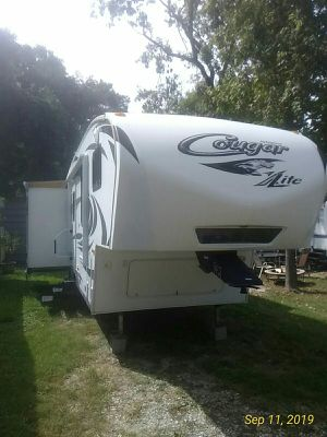 2012 Keystone Cougar Xlite 31ft fifth wheel RV CLEAN! Haul with a 1/2 ton! for Sale in Porter, TX