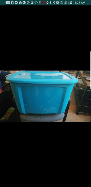 Bella 18 gal. Storage container with lid for Sale in Fort Washington, MD