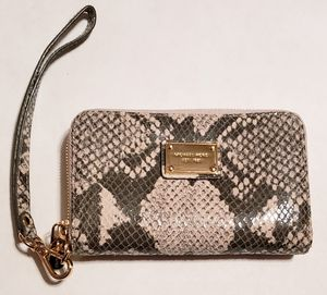 Authentic MICHAEL KORS Leather Zip Wallet/Wristlet for Sale in Passaic, NJ