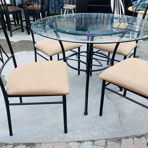 GLASS TOP DINING TABLE WITH CHAIRS for Sale in Fresno, CA