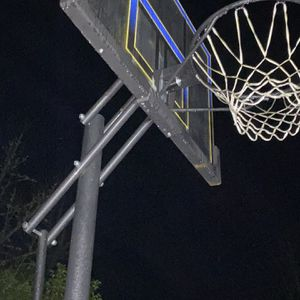 BASKETBALL HOOP for Sale in Issaquah, WA