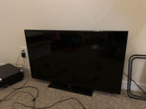 "Insignia TV 40"" and Roku smart TV console for Sale in Los Altos, CA"