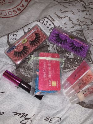 Lip gloss and lashes bundle for Sale in Kinston, NC