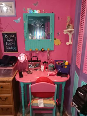 Kids vanity w/mirror and chair for Sale in UPPR CHICHSTR, PA
