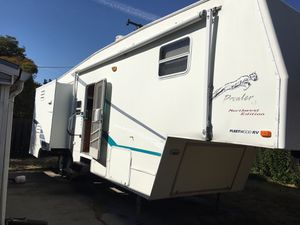 2003 FLEETWOOD 5TH WHEEL GOOSENECK TRAVEL TRAILER WITH 3-SLIDE OUTS for Sale in Sacramento, CA