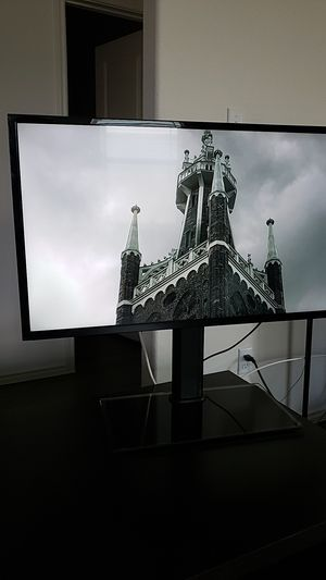 Visio 32 inch TV with glass-base stand for Sale in Buda, TX