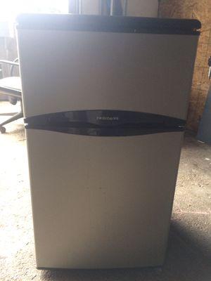 Mini fridge FRIGIDAIRE for Sale in Stockton, CA