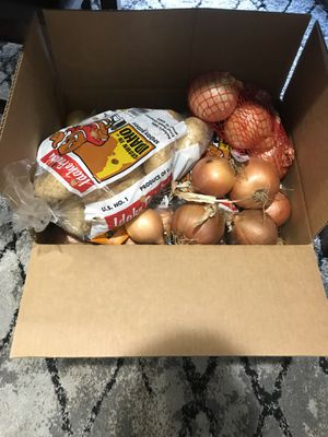 FRESH ONIONS AND POTATOES - FREE LARGE BOX - APPROX 25lbs for Sale in Covington, WA
