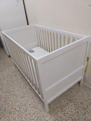 White wood crib. for Sale in Miami, FL