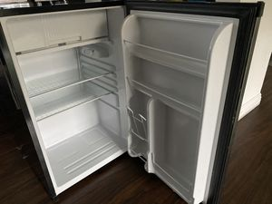 IGIOO 2.7 cu. ft Refrigerator and Freezer for Sale in Lomita, CA