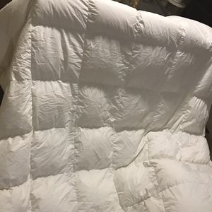Available New King Feather Comforter With 2 Free Used Pillows Pick Up Gaithersburg Md20877 for Sale in Gaithersburg, MD