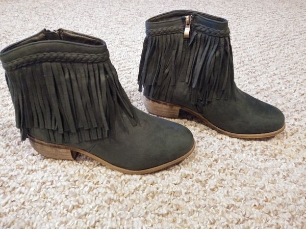 New Women's Size 7.5 Boots With Zipper Green braided top fringe