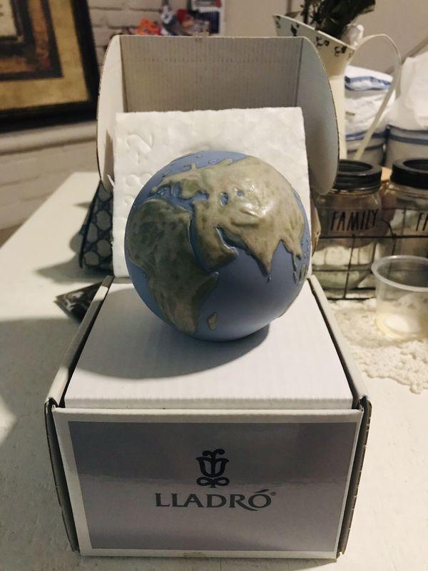 Lladro Figurine 6138 Globe Paperweight, Mint, Retired 1996, Box (A)