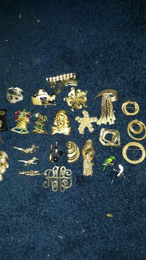 Vintage brooches -pendents-pins costume jewerly lot of 27 beautiful pieces for Sale in Woodland Hills, CA