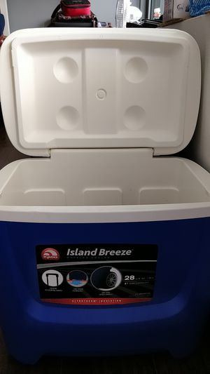 Island breeze 41 cans Igloo Cooler with wheels for Sale in Chicago, IL