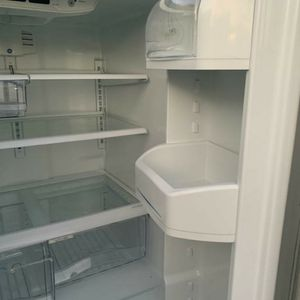 "33""W FRENCH DOOR STAINLESS STEEL REFRIGERATOR GE for Sale in Moreno Valley, CA"