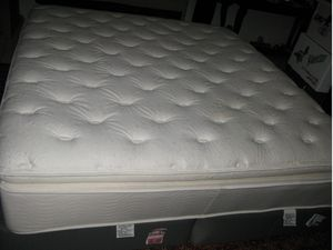 Like new king size pillowtop mattress and boxsprings for Sale in Fort Lauderdale, FL